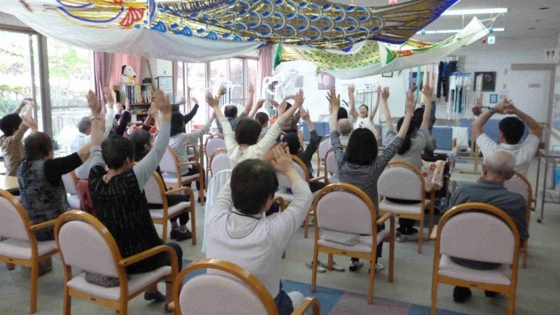 第5回認知症カフェ「たまカフェ」はストレッチ体操やリズム体操に挑戦!