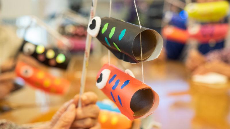 デイサービスセンター豊和のご利用者が子供たちに手作りの「こいのぼり」をプレゼント!