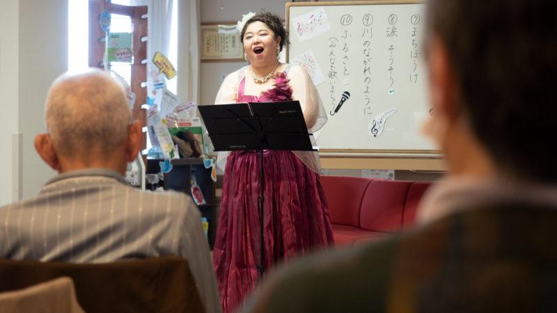 デイサービスセンター豊和に歌い手の西邑さん、ピアニストの光田さんが慰問に来てくださいました!