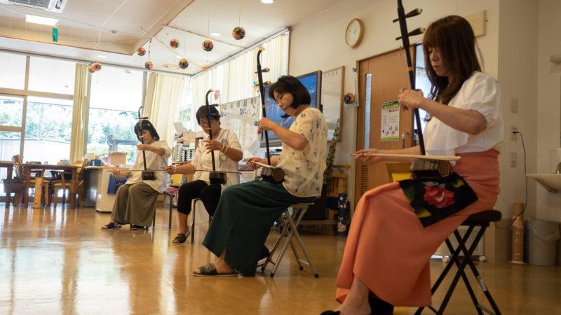 デイサービスセンター豊和でハピネスさんが二胡の演奏を披露!
