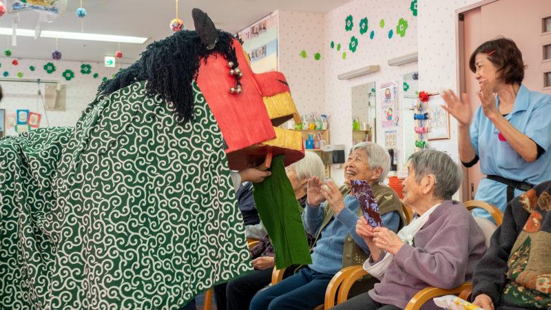獅子舞、落語、巨大すごろく!在宅介護複合施設あらしまで新年会を行いました!