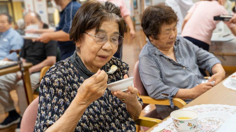 スイカの和菓子とりんごのスムージーで涼しいひととき!志摩豊和苑で茶話会を開催!