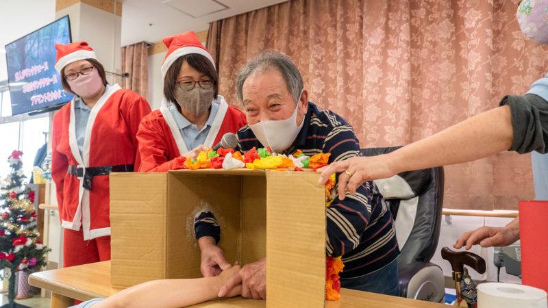 箱の中身にドキドキ!鳥羽豊和苑 通所リハビリテーションでクリスマス会&忘年会を開催しました!